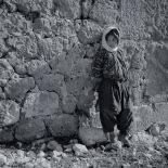 Girl beofre ruins, Kanlidivane (Kanytellis)